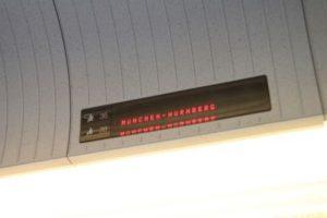 ICEの座席の上にある電光掲示板。ここに表示されている区間は予約されている